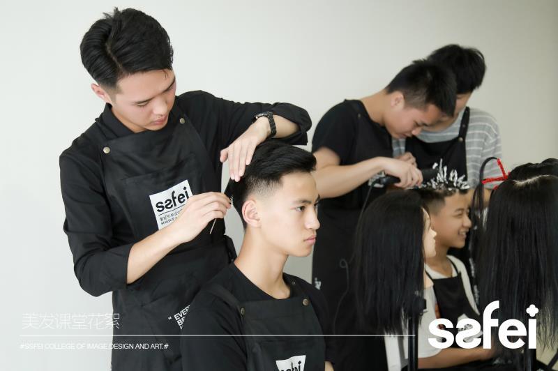 成都有学美发的学校吗?美发技术难学吗?