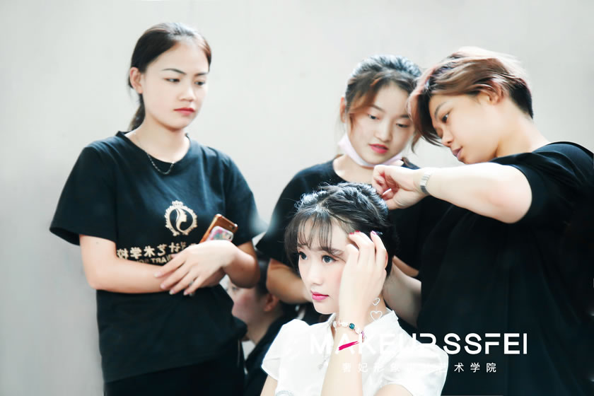澳洲幸运5的化妆师,给十三届全球城市小姐(先生)设计发型和造型。