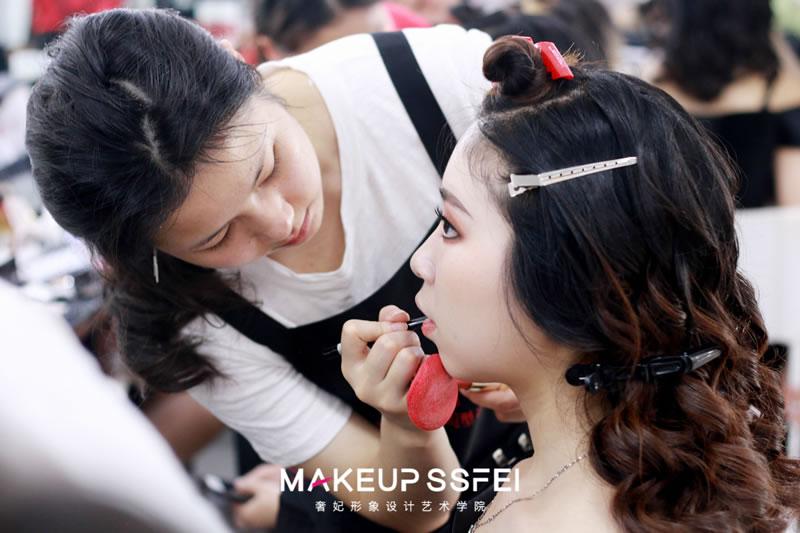 化妆学校实践机会多不多?哪家化妆学校更好